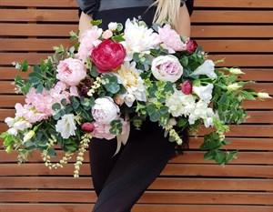 Подвесная композиция из декоративных цветов